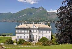 Villa nel lago italiano famoso Como fotografie stock