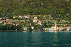 Villa och trevliga hus i Laglio längs kusten av sjön Como royaltyfri foto