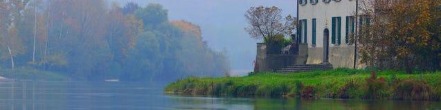 Villa op de Adda rivier, panorama het stapelen Stock Afbeeldingen