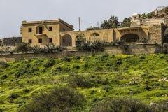 Villa på en kulleöverkant i Gozo arkivfoto