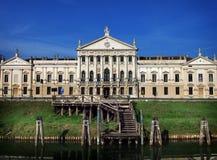 Villa Pisani i Stra Italien och den Brenta floden arkivfoton