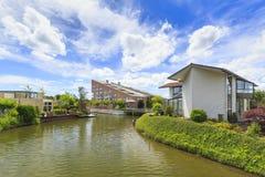 Villa's bij het water op een zonnige de Zomerdag die worden gevestigd stock foto