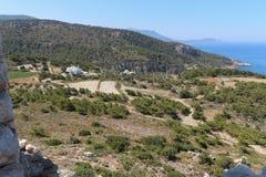 Villa's in de bergen op de kust stock fotografie