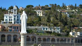 Villa's op de helling en het standbeeld van St Mary op Italiaanse Riviera stock videobeelden
