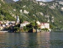 Villa's in Varenna-stad op de kust van meer Como stock afbeeldingen