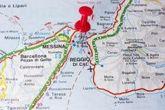 Villa San Giovanni o lo stretto di Messina Italia su una mappa fotografia stock libera da diritti