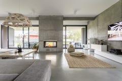 Villa spaziosa con la parete del cemento immagini stock libere da diritti