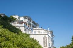 Villa storica e il rstenhof del ¼ dell'hotel FÃ nel fondo in Sassni fotografia stock