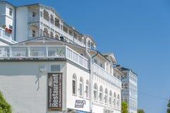 Villa storica e il rstenhof del ¼ dell'hotel FÃ nel fondo in Sassni immagini stock
