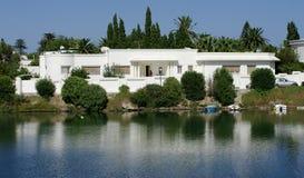 Villa sur le bord de la mer Image stock