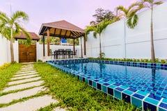 Villa tropicale con uno stagno Immagine Stock Libera da Diritti