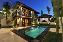 Villa tropicale moderna con la piscina Immagine Stock
