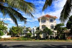 Villa in un palmeto, casa bianca, tetto rosso, palme, Vietna fotografia stock