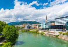 Villach, Österreich: Stadtbild der kleinen österreichischen Stadt von Villach am sonnigen Tag lizenzfreie stockfotografie