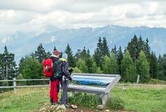 """Villach, Oostenrijk †""""11 Augustus, 2016: Jonge paartoerist die samen in de Oostenrijkse Alpen wandelen Stock Foto's"""