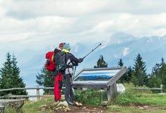 """Villach, Oostenrijk †""""11 Augustus, 2016: Jonge paartoerist die samen in de Oostenrijkse Alpen wandelen Royalty-vrije Stock Afbeeldingen"""