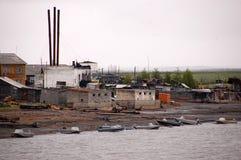 Village à la côte à l'intérieur Russie de rivière de Kolyma Photographie stock