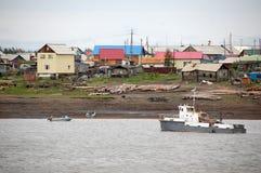 Village à la rivière à l'intérieur Russie de Kolyma Image stock