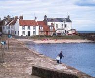 Village écossais, fifre, côte, Mer du Nord, admission avec l'homme et pêche d'enfant images stock