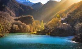 Village, église et lac médiévaux d'Isola Santa Garfagnana, Tusca Photo libre de droits
