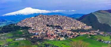 Village étonnant Gangi avec le volcan de l'Etna derrière en Sicile, Italie images stock