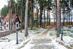Village allemand traditionnel sur le rivage de lac Images stock