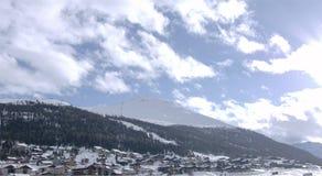 Village alpestre dans la neige image libre de droits