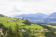 Village alpin de fond dedans dans le Tirol, Italie Image stock