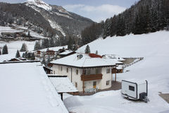 Village alpin, station de sports d'hiver de dolomites Images libres de droits