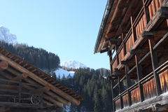 Village alpin, station de sports d'hiver de dolomites Images stock