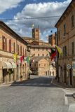 Village antique de Sarnano, Italie, Marche Macerata photographie stock libre de droits