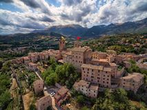 Village antique de Sarnano, Italie, Marche - vue aérienne photos stock