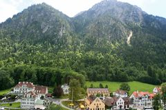 Village au-dessous de Hohen Schwangau et de Neuschwanstein Photo stock