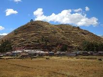 Village au milieu des montagnes dans Cusco, Pérou photographie stock