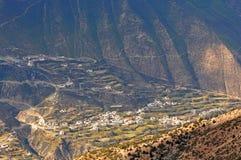 Village au pied de la montagne de neige de Meili Images libres de droits