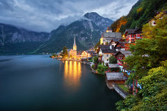 Village Autriche de Hallstatt Hallstatt au coucher du soleil Photographie stock