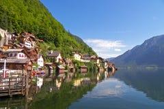Village autrichien de bord de lac de Hallstatt Photographie stock libre de droits