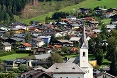 Village autrichien Kaprun dans les Alpes Images libres de droits