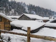 Village avec des maisons de toit couvert de chaume couvertes dans la neige Photo libre de droits