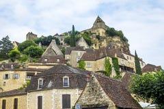 Village Beynac-et-Cazenac derrière des Frances de vallée de Dordogne Image libre de droits