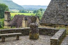 Village Beynac-et-Cazenac derrière des Frances de vallée de Dordogne Photos libres de droits