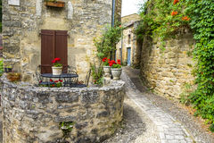 Village Beynac-et-Cazenac derrière des Frances de vallée de Dordogne Photos stock