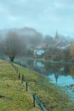 Village brumeux en Belgique photos libres de droits