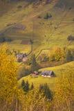 Village carpathien sur une colline de montagne photo stock
