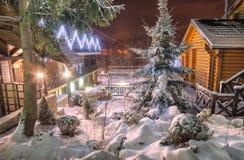 Village carpathien ukrainien illuminé par des lumières de Noël images libres de droits