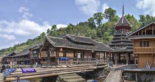 Village chinois de Dong de minorité ethnique, pont couvert et tambour à Photo stock