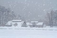 village couvert de neige dans la province montagneuse Images libres de droits