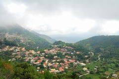 Village d'Eglouvi dans les montagnes de l'île grecque Image stock