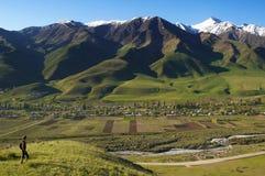Village d'homme et de montagne photographie stock