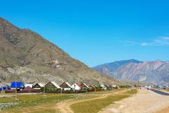 Village d'Inya dans les montagnes d'Altai photographie stock